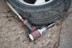 Druckluft Schlagschrauber und ein Auto-Rad. Besuch beim Reifentechniker