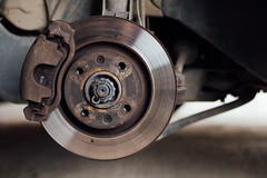 Nahaufnahme einer Bremsscheibe eines Gebrauchtautos
