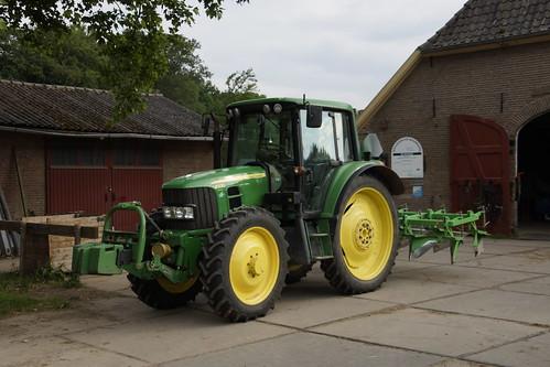 John Deere 6330 Tractor  op het landgoed van kasteel Middachten 10-06-2020