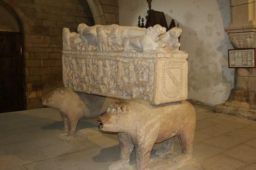 Sepulcro de Fernán Pérez de Andrade. Iglesia de San Francisco. Los animales reprentativos de los Andrade son el oso y el jabalí. Betanzos