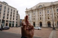 The finger @ Statua del Dito Medio by Maurizio Cattelan @ Piazza degli Affari @ Milan