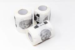 Trump Toilettenpapier vor weißem Hintergrund: 3 Rollen mit dem Gesicht vom US-Präsident als Scherz
