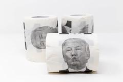 Spaß mit Politikern: das Donald Trump bedrückte Toilettenpapier. 3 Rollen vor weißem Hintergrund