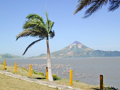 Le lac de Managua et le volcan Momotombo (Nicaragua)