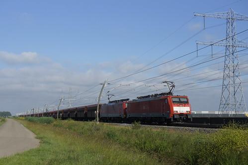 DB Cargo 189 066-4 + 189 035-9 met kolentrein richting Emmerich op d Betuweroute bij Angeren 20-06-2020