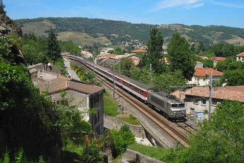 Train de pèlerins au cœur de la ville