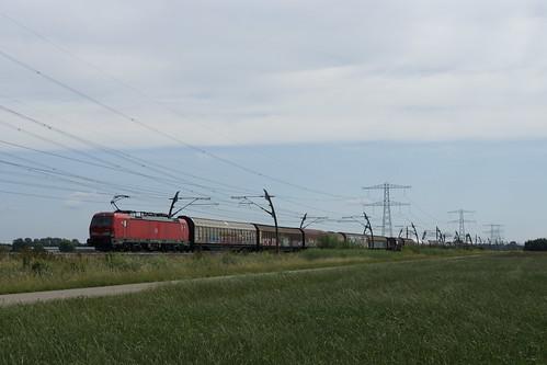 DB Cargo 193 351-4 met UnitCargo over de Betuweroute richting Meteren bij Angeren 21-06-2020