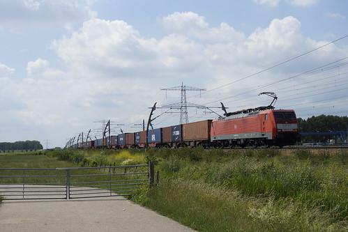 DB Cargo 189 075-5 onderweg met een container shuttle richting Emmerich in Angeren over de Betuweroute 20-06-2020