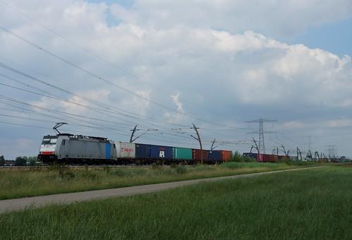 KombiRail 186 107-9 met containertrein over de Betuweroute bij Angeren richting Valburg 20-06-2020