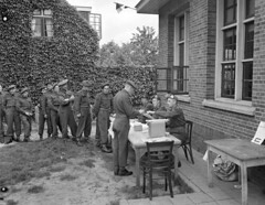 Infantrymen of the Argyll and Sutherland Highlanders of Canada outside a federal election polling booth, Almelo, Netherlands, May 31, 1945 / Fantassins de l'Argyll and Sutherland Highlanders of Canada à l'extérieur d'un isoloir lors des élections fédérale