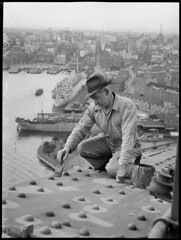 Stan Giddings, maintenance worker painting Sydney Harbour Bridge, 18 September 1945, photographed by Alec Iverson