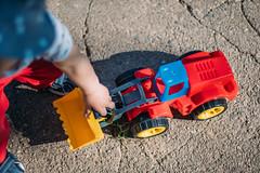 Kleinkind spielt mit einem Spielzeug-Radlader