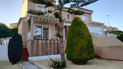 chalet pareado entre Benidorm y la Nucia, con gran parcela. Solicite más información a su inmobiliaria de confianza en Benidorm  www.inmobiliariabenidorm.com