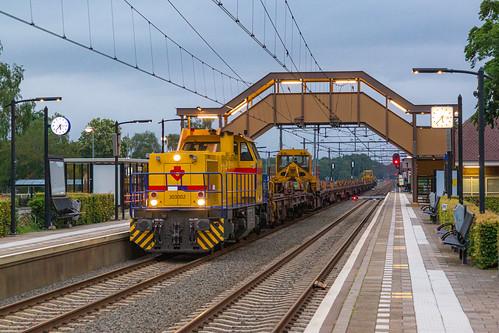 De railzentrein rijdt na de werkzaamheden terug door Putten