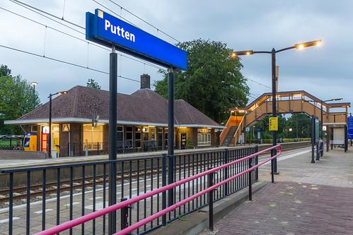 Station Putten voor aankomst van de eerste reizigerstrein van de dag