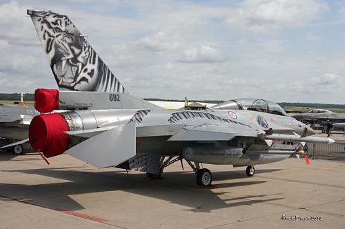 Royal Norwegian Air Force General Dynamics F-16B Fighting 338 Skvadron NBR  692 at FLORENNES juin 20122012-06-23 10-57-49_44 mod et signe