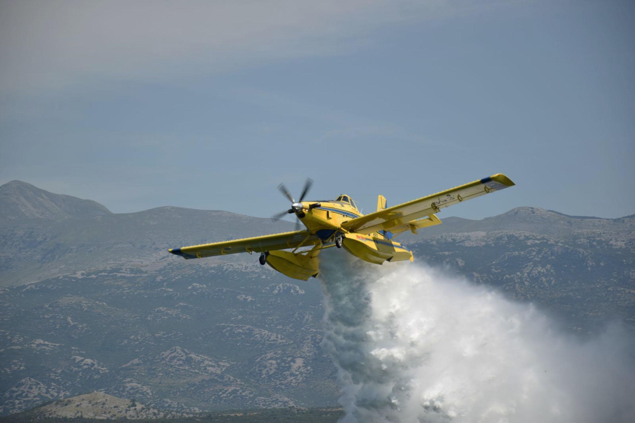 Četiri protupožarna aviona i danas djeluju na požarištu kod Muća