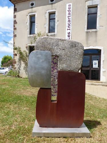 Montaut, Landes: œuvre de Xavier Carrère, composée d'acier Corten, verre, béton, inox