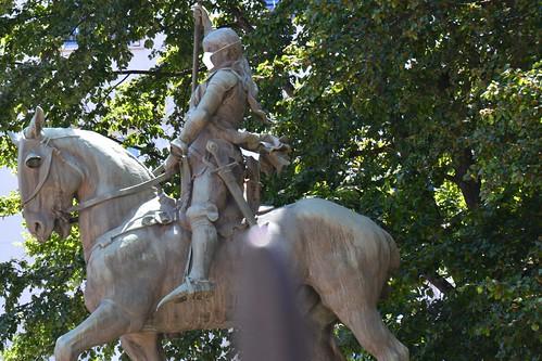 Jeanne d'Arc combattant le coronavirus