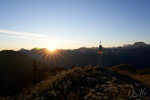 Levé de soleil derrière les montagne du Chablais depuis la pointe de Miribel