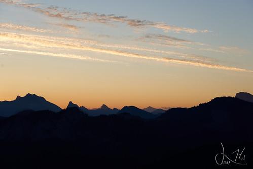 Levé de soleil derrière les Cornettes de Bise (pointe de Miribel)