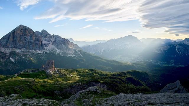 Professionell erfasst: Klarer Herbstmorgen in den Dolomiten mit ersten Sonnenstrahlen auf den Cinque Torri, links oben die Tofana di Rozes, 3225 m. Foto: Bernd Ritschel.