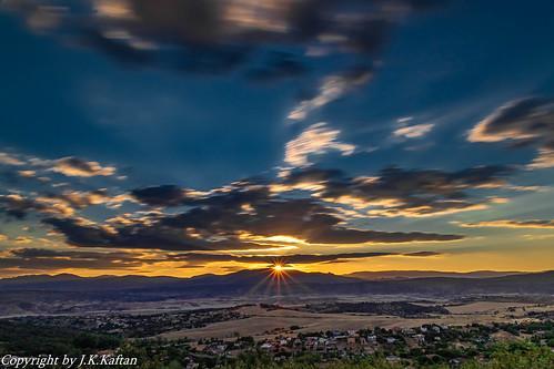 A sunset on a windy day ...., Un atardecer en un día con mucho viento..