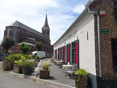 Hondeghem l'estaminet de l'ancienne maison commune et l'église