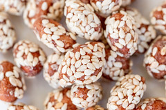 Caramel-crusted peanuts with sesame seeds