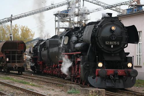 2008-10-31; 0065. Loc 52 8079-7 en 52 8075-5 rangeren WEG 391n, Vorabfuhr Railion ex 60562. Immelborn. Plandampf 2008, Dampf trift Kies.