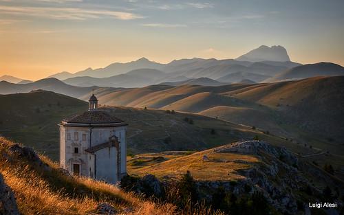 Rocca Calascio - Chiesa di Santa Maria della Pietà e Gran Sasso sullo sfondo