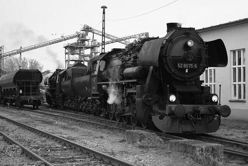 2008-10-31; 0069. Loc 52 8079-7 en 52 8075-5 rangeren WEG 391n, Vorabfuhr Railion ex 60562. Immelborn. Plandampf 2008, Dampf trift Kies zw.