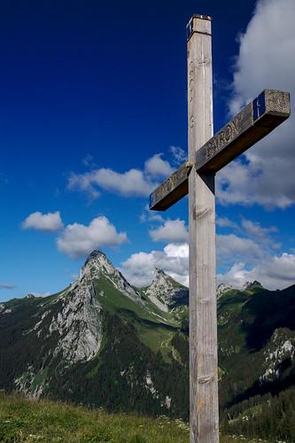Croix du Mont Baron et la Dent d'Oche