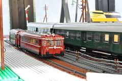 einmotoriger Schienenbus und Umbauwagen-Zug