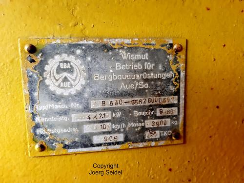 DE-36448 Bad Liebenstein Schaubergwerk Am Aschenberg Akkulok B660  BBA Aue 5562 000697/1989  Fabrikschild  im Juli 2020
