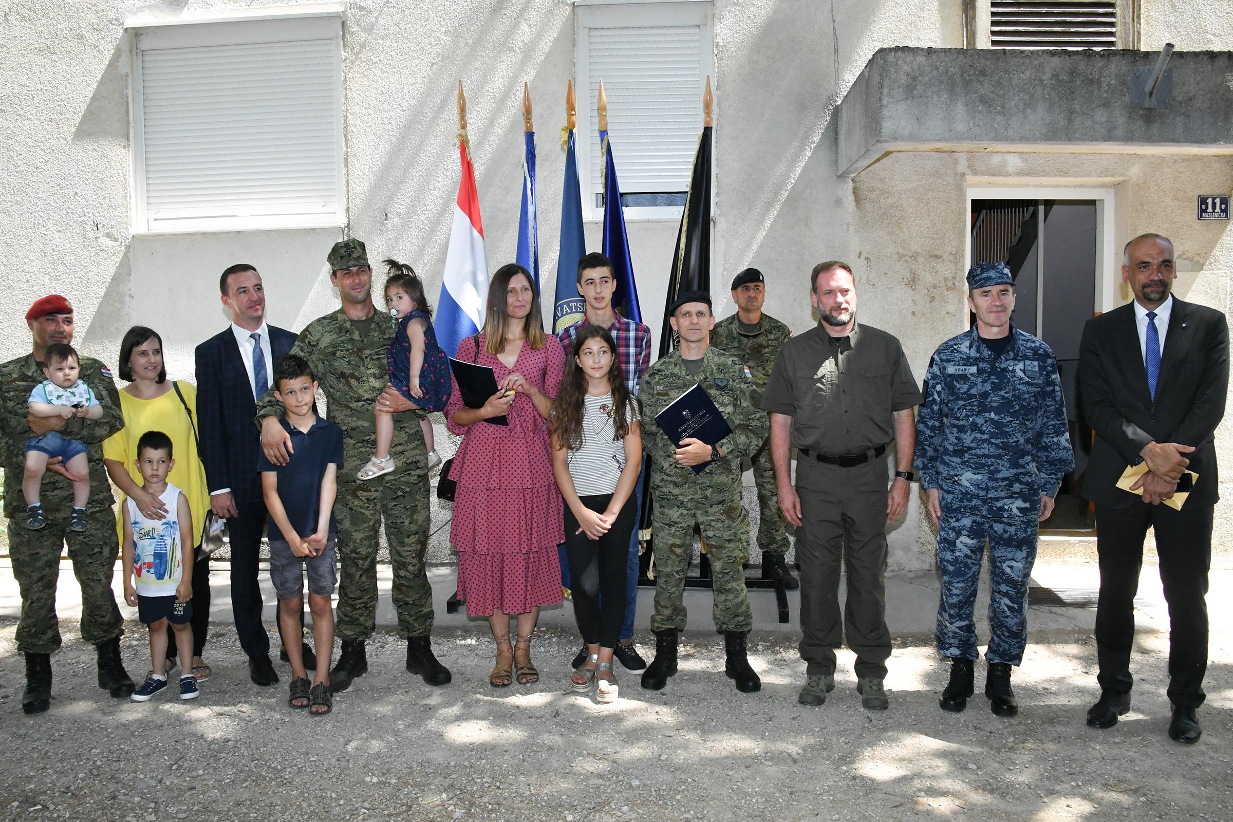 Ministar Banožić u Kninu uručio ključeve stanova trojici pripadnika Hrvatske vojske