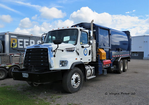 Freightliner 108SD Labrie Side Loader Garbage Truck 418 City of Timmins