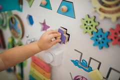 Toddler soliveng puzzles