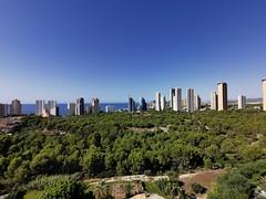 Fabulosas vistas al mar y a la montaña, en una zona muy tranquila, con vistas despejadas. Solicite más información a su inmobiliaria de confianza en Benidorm  www.inmobiliariabenidorm.com