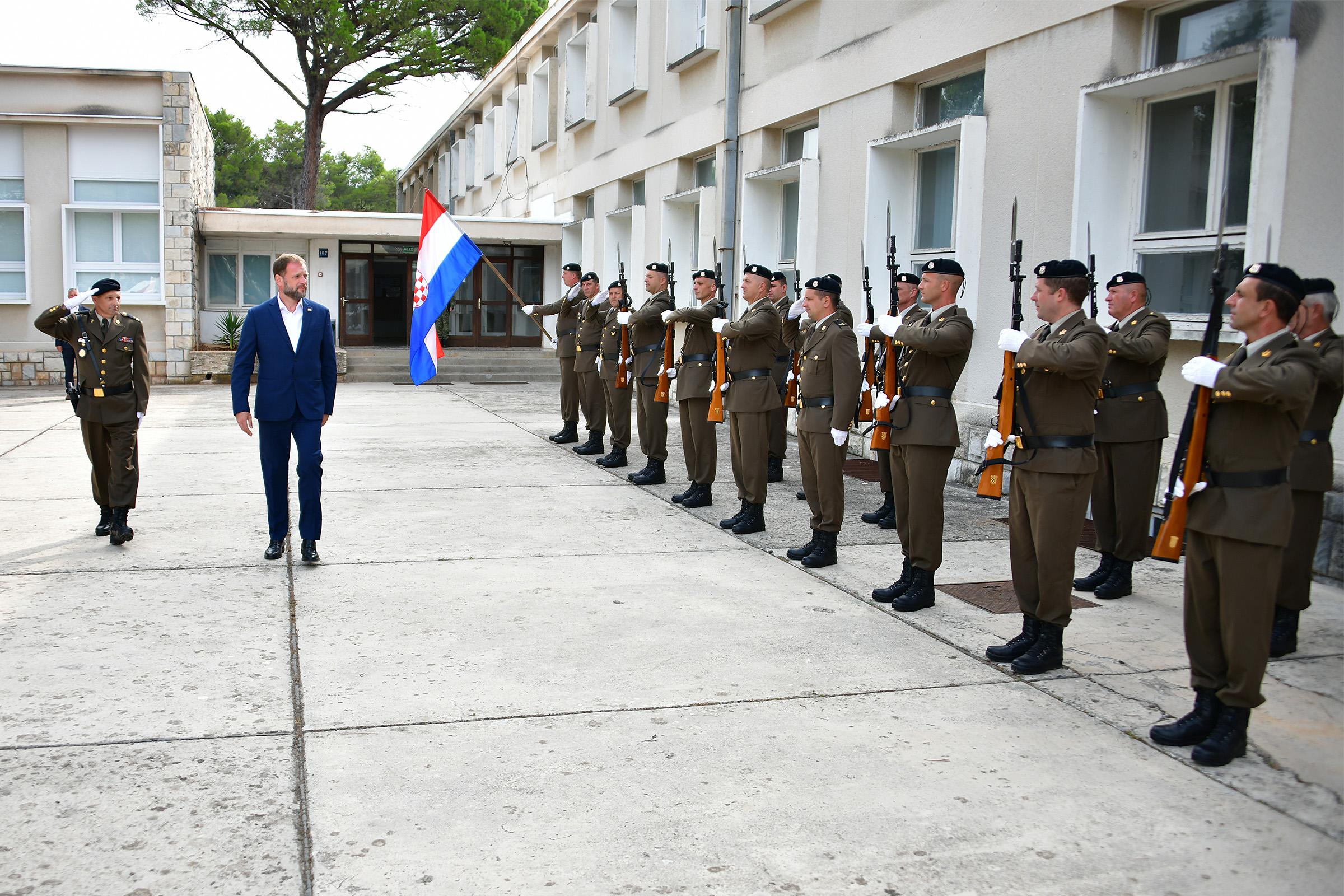 Ministar Banožić u radnom posjetu vojarni u Zemuniku