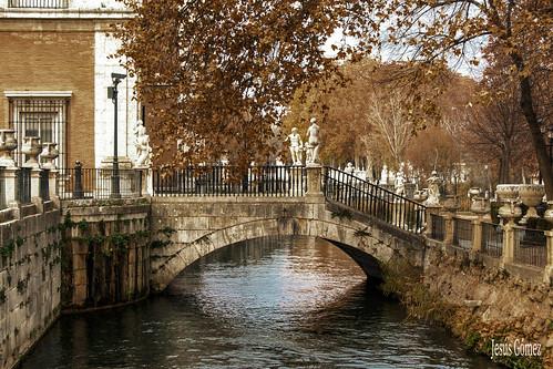 Puente situado en el Palacio Real de Aranjuez . ( Madrid )