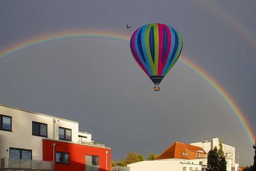 Regenbogen mit Ballon