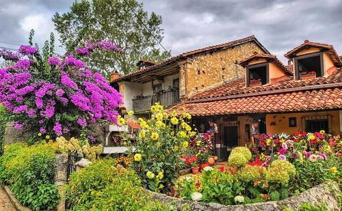 Vieja casa con jardín.  Ruilobuca.  Cantabria.