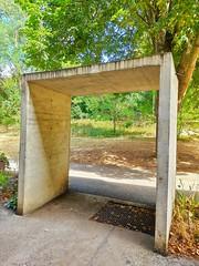 Le 'portail' d'entrée, à la façon des torii japonais. Il mesure 2m26, le nombre d'or du Corbusier