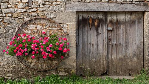 Entrée de grange ornée de bouquets de fleur en Dordogne