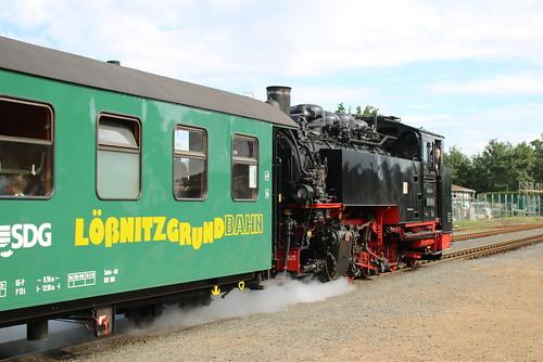 SDG Lößnitzgrundbahn: Dampflok 99 1761-8 verlässt mit einem Personenzug den Bahnhof Radeburg in Richtung Radebeul