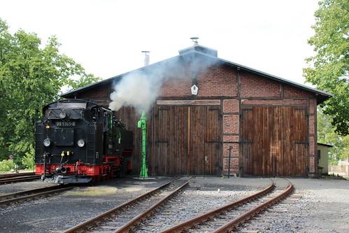 SDG Lößnitzgrundbahn: Dampflok 99 1761-8 vor dem Lokschuppen in Radeburg