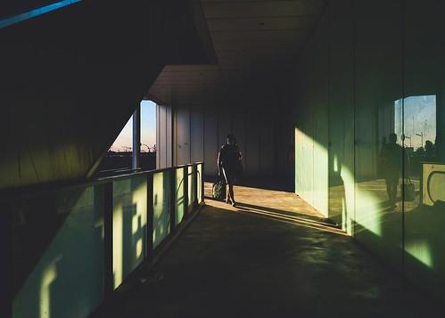 Una persona camino de la estación.