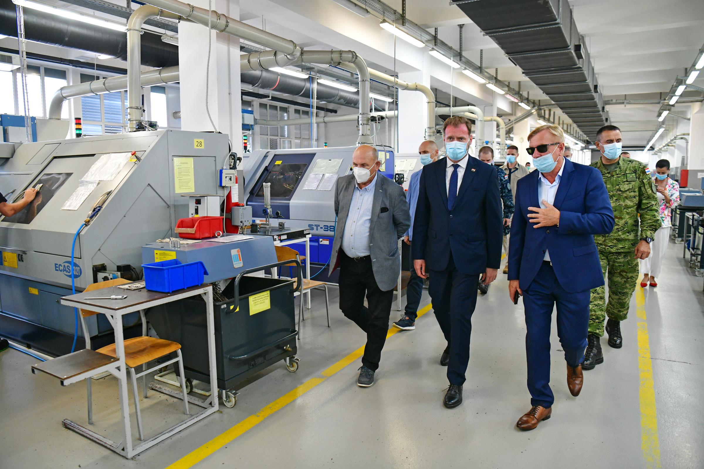 Ministar Banožić i načelnik GS OS RH admiral Hranj posjetili HS Produkt u Karlovcu