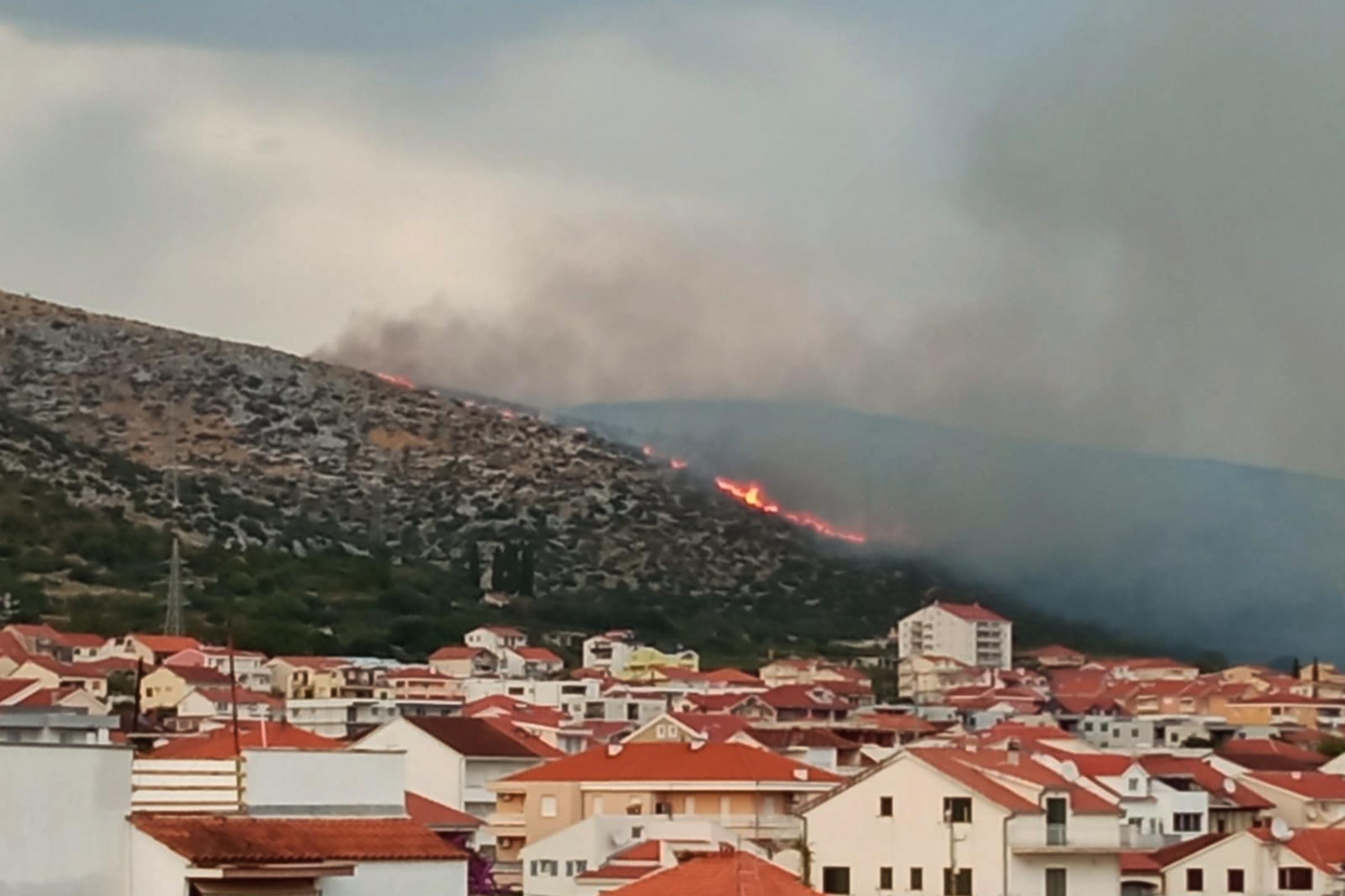 Zračne snage gasile požar kod Trogira